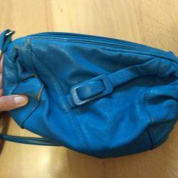 Μπλε τσάντα πάνω από τον ώμο