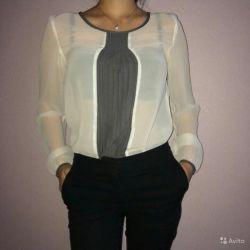 Beyaz bir bluz satacak, mükemmel tarz, kadınsı