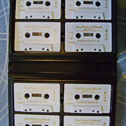 Set de 8 casete audio într-o cutie.