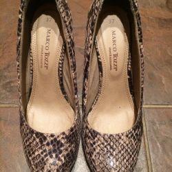 Ayakkabılar, dar bir bacakta yeni
