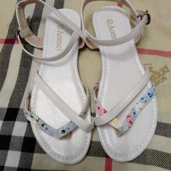 Λευκά σανδάλια για γυναίκες, νέα