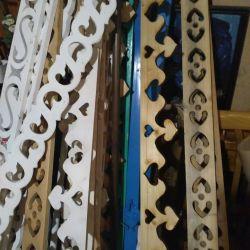 Scânduri tăiate de cornișe sculptate