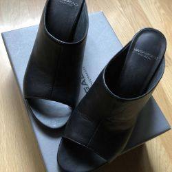 Women's leather clogs