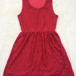 Το φόρεμα είναι δαντελωτό, μέγεθος 42-44