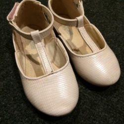 Kızlar için ayakkabı saklıdır