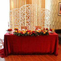 Τραπεζομάντιλο στο πάτωμα για βελούδινο γάμο σκούρο κόκκινο