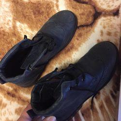 Χρησιμοποιημένα παπούτσια για ένα κορίτσι 35