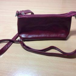 Зручна і стильна сумочка вишневого кольору