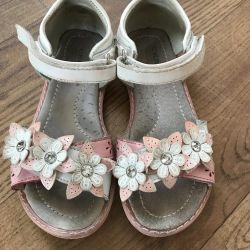 Sandale (sandale) pe fata
