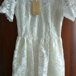 O rochie nouă din dantelă albă. 38