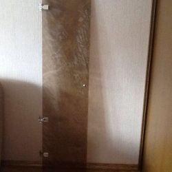 Дверь стеклянная.