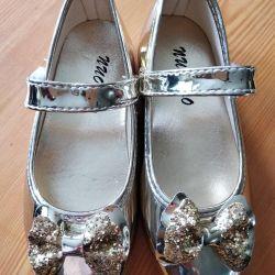 Νέα χρυσά παπούτσια για κορίτσια.