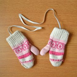 Knitted mittens for 2-3 years