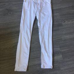 Τα παντελόνια / τζιν είναι λευκά