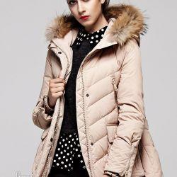 Bir minyatür kız ceket aşağı park