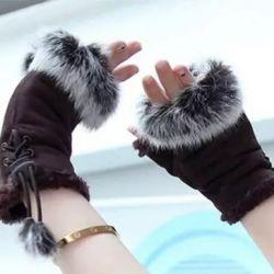 Tavşan kürklü yeni eldivenler