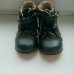 Children's boots demi-season 20 and 24 size