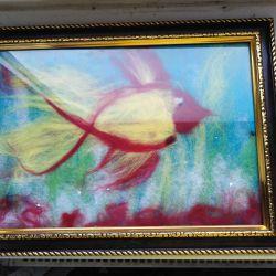 Картина из шерсти золотая рыбка