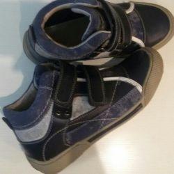 Botlar - spor ayakkabılar. Sonbahar ilkbahardır.
