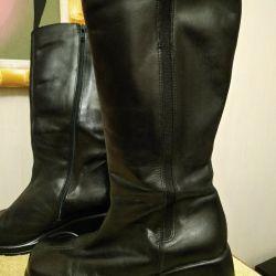 Graceland boots are black. Demi-season.
