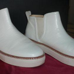 Οι μπότες είναι απομίμητης εποχής λευκό χρώμα
