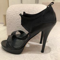Siyah yüksek topuk ayakkabı