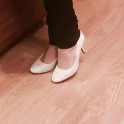 Desenli beyaz ayakkabı, boyut 35. Bu 1 kez.