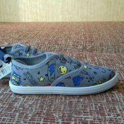 Pantofi noi pentru băieți de dimensiune 26