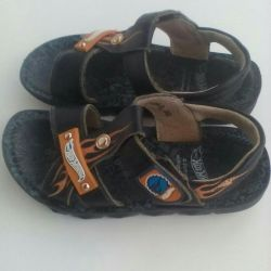 Sandals of different sizes.30 and 32