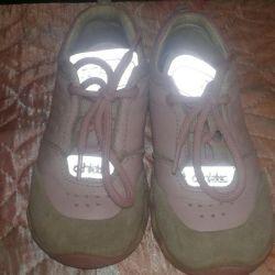 Cildin teninden bir kız için spor ayakkabı