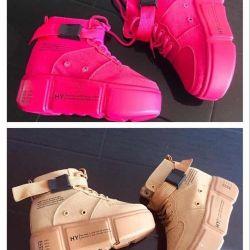 34 beden. Platformda yeni spor ayakkabılar.