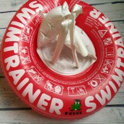 Ο κολυμβητής κολυμπά στον κύκλο