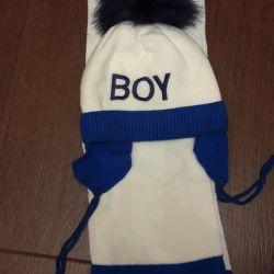 Bir çocuk için yeni kit şapka ve atkı