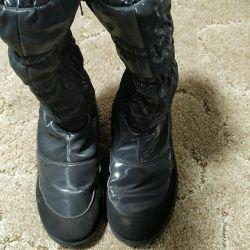 Cizmele sunt de iarnă, înalte.