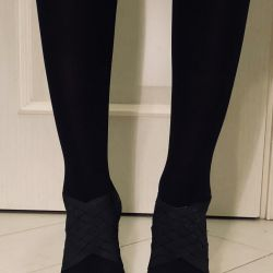 Firkete üzerinde lake tabanları ile siyah ayakkabı