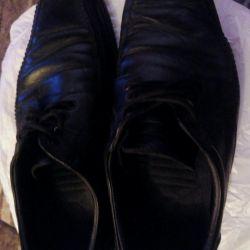 Bir erkekten ayakkabı adamın