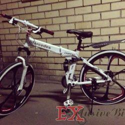 Siyah döküm tekerlekler üzerinde beyaz Mercedes bisiklet