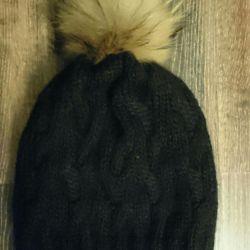 New women's woolen hat.