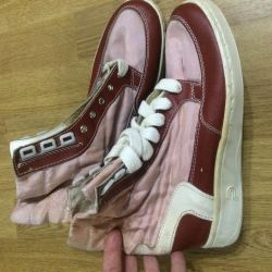 Τα πάνινα παπούτσια δύο ζευγάρια για να εργαστούν στη χώρα και την κατασκευή