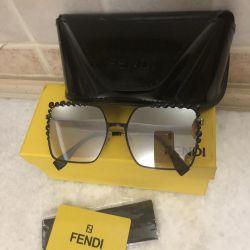 Süitte şık, yeni Fendi Gözlükleri, eksiksiz bir set