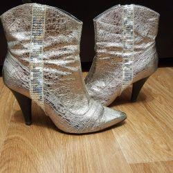 Cizmele sunt feminine. Toamna-primavara. Complet natural