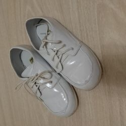 Lacquered white shoes for the boy