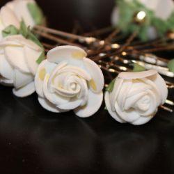 Pini cu flori albe