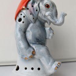 Фарфоровая статуэтка слон с зонтом
