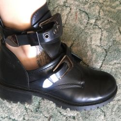 Boots with open sides