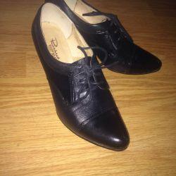 Οι μπότες του αστραγάλου είναι μαύρες.