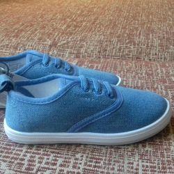Pantofi noi pentru fetița de dimensiune 25