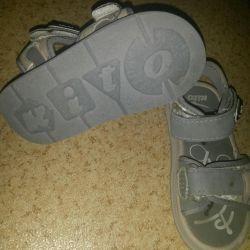 Hafif sandaletler.