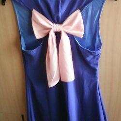Arkada bir yay ile elbise