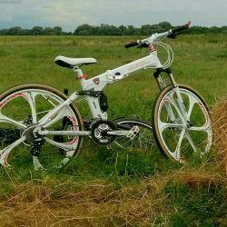 Döküm tekerlekler üzerinde beyaz Lamborghini bisiklet